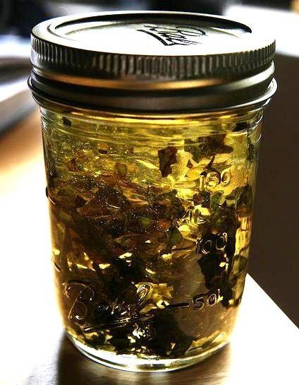 Piante, decotti, infusi, aglio, miele, sono tutte cose che, se conosciute bene, possono essere utilizzate in alternativa dei farmaci tradizionali, come antibiotici naturali. Abbiamo già visto come molte delle piante e dei prodotti presenti in natura abbiano questa proprietà: l'aloe arborescens, per farne un esempio, ma anche il miele e l'aglio. (Qui trovate una lista …