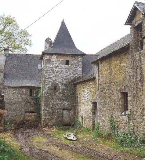 Manoir de La Noé, Béganne. Morbihan. On connaît les propriétaires successifs de ce domaine depuis le XVe siècle. En 1502, Jean de Bodrual est cité comme sieur de La Noé. Ce château a connu ses heures de gloire à l'époque de la chouannerie. Il est aujourd'hui transformé en bâtiments de ferme et sert de dépendances
