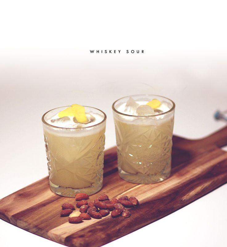 Whiskey Sour  INGREDIENSER   6 centiliter god whiskey 3 centiliter friskpresset citronjuice 1,5 centiliter sukkerlage (alternativt kan lidt rørsukker opløst i varmt vand bruges) 1 skvæt pasteuriseret æggehvide (cirka ½ teske) 1 dråbe Angostura SÅDAN GØR DU  Bland alle ingredienser i en shaker, saml shakeren og giv den en hurtig rystetur uden is, for at sætte æggehviden i gang. Del shakeren og fyld den helt med is. Shake kraftigt i 10-15 sekunder og hæld op i et lavt glas fyldt med is.