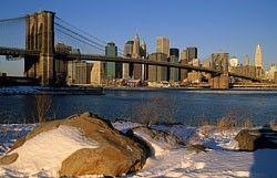 Pohled z Brooklynu přes Východní řeku na jižní cíp Manhattanu, South Street Seaport a Brooklynský most