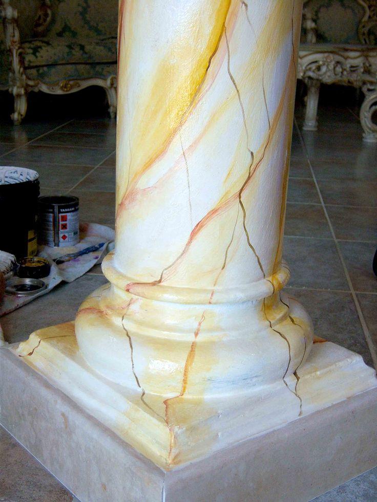 marilena palomba realizza decorazioni per interni personalizzate. in foto colonna dipinta a mano effetto marmorizzato