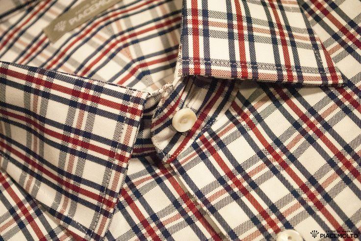 Camicia su misura in cotone doppio ritorto Twill a Quadri all season; tonalità Bianco con righe Rosse e Blu. Collo all'Inglese e polso smussato ad un bottone. Disponibile e personalizzabile ▶ http://www.piacemolto.com/it/camicie-casual-su-misura/164-camicie-sartoriali-su-misura-in-cotone-twill-a-quardi-collo-inlese.html