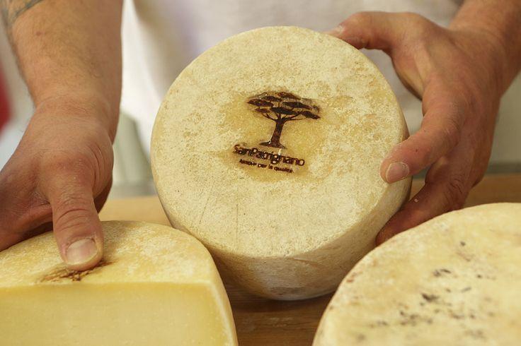 #formaggio #pecorino San Patrignano. Data l'intensità del sapore e la lunga persistenza gustativa, l'abbinamento ideale è con un vino altrettanto ricco di intensità nei profumi, di persistenza e complessità.