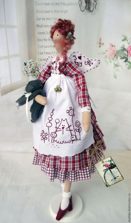 Купить или заказать Кузькина мать в интернет-магазине на Ярмарке Мастеров. Милая барышня со своим любимым котом Кузей. Любовь так сильна, что портрет Кузи вышит на фартучке. Куколка сшита полностью из хлопковых тканей, волосы - настоящие овечьи кудряшки. Под платьицем панталончики и нижняя юбка. На фартучке и крылышках вышивка ручной работы. Туфельки домашние, тепленькие. Куколка может самостоятельно сидеть, свесив ножки. Подставка входит в стоимость куклы.…