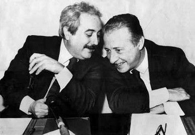 Giovanni Falcone (a sinistra) e Paolo Borsellino (a destra), due eroi Italiani.