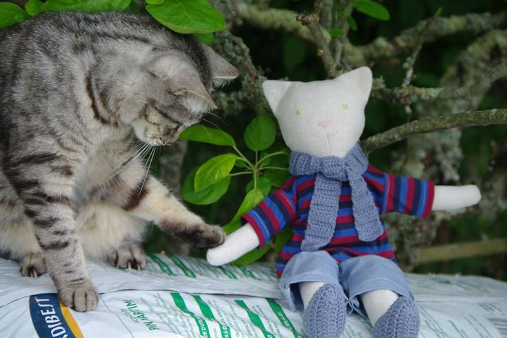 Doudou poupée chat en lin, écharpe et chaussons au crochet