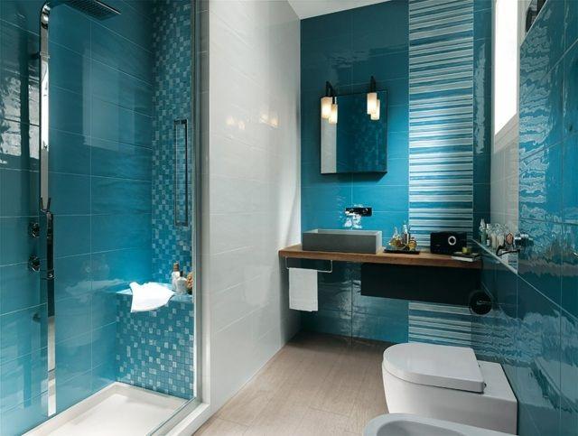 carrelage mural en blanc et bleu océan dans la salle de bains