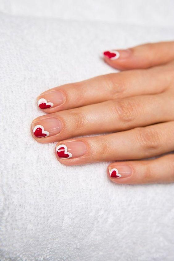 De ideale nagels voor een date met Valentijn! | Je manicure is niet af zonder een mooi kleurtje nagellak. Of je nu kiest voor een discrete, natuurlijke look of een opvallend kleurtje, PharmaMarket heeft gegarandeerd de nagellak die je zoekt!