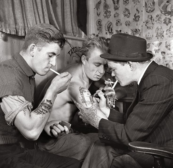 Sailors getting tattooed, 1942. Awesome shot. #vintage #1940s #WW2 #tattoos