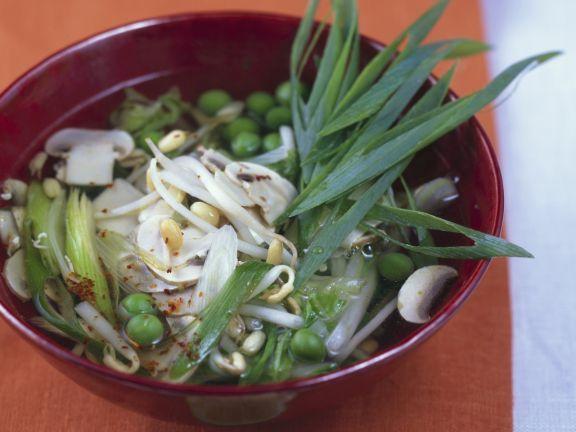 Würzige Gemüsesuppe mit Sprossen von Mungbohnen ist ein Rezept mit frischen Zutaten aus der Kategorie Gemüsesuppe. Probieren Sie dieses und weitere Rezepte von EAT SMARTER!