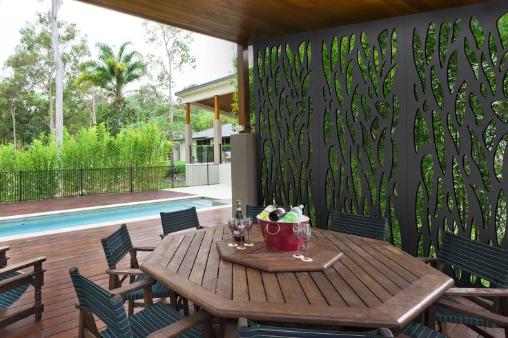 Nature style Easyscreen to elegantly close off this outdoor dining area