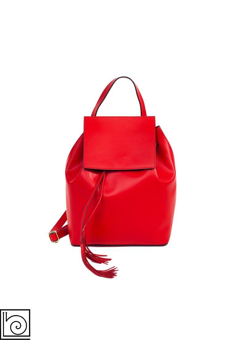 Рюкзак женский кожаный красный. Внутри одно отделение и карман на молнии. .Италия.