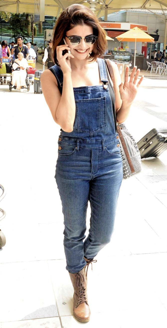 Prachi Desai styles up in dungarees - http://www.dnaodisha.com/entertainment/prachi-desai-styles-up-in-dungarees/5117