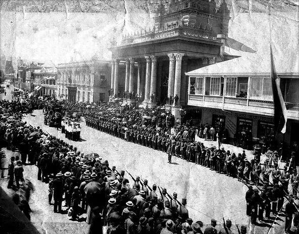 Funerales de Estado de Arturo Prat Chacón, se ve al cortejo fúnebre saliendo de la Iglesia Espíritu Santo en Valparaíso. Foto del 21 de mayo de 1888