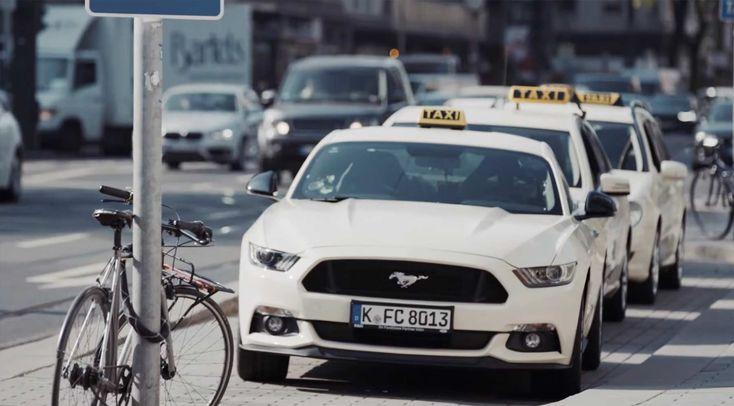 Das @Ford_de Mustang Taxi überrascht Reisende mit 421 PS: https://www.langweiledich.net/ford-mustang-taxi-ueberrascht-reisende-mit-421-ps/ #MustangTaxi #Ad