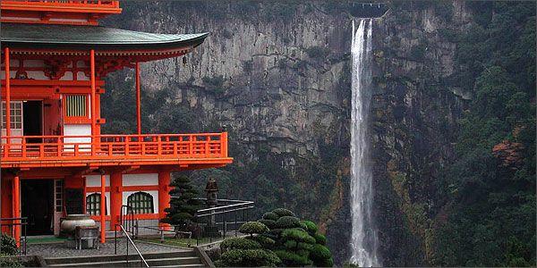 Στο πνεύμα του νερού που λέγεται πως κατοικεί εδώ είναι αφιερωμένος ο ναός πλάι στον καταρράκτη Νάτσι Το ιαπωνικό Όρος Νάτσι αριθμεί 48 καταρράκτες στις πλαγιές του, από τους οποίους ξεχωρίζει ο ομώνυμος, Nachi-no-taki, με ύψος 133 μέτρα και «κορνίζα» το πυκνό δάσος κέδρων και κυπαρισσιών που εκτείνεται γύρω του. Δύο σειρές πέτρινων σκαλιών, μία σε κάθε πλευρά, οδηγούν στην κορυφή του, από την οποία το βλέμμα αγγίζει τη μακρινή θέα του Ειρηνικού Ωκεανού.  Japan