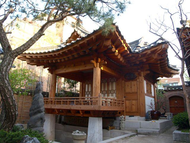 Las casas tradicionales coreanas son muy pintorescas, las mismas se llaman Hanoks. Este tipo de vivienda son ecológicas, las mismas se construyen con materias primas como tierra, paja, madera, teja y papel.