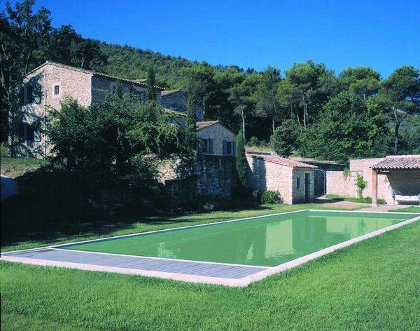 Vert argile, la piscine se fond dans l'environnement. Membrane armée de 1,5 mm qui convient pour la rénovation des piscines anciennes, en particulier de grandes dimensions. DEL.