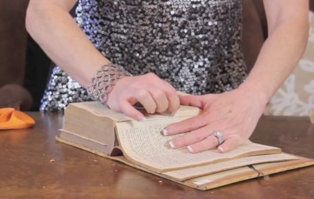 Hun begynner å rive sidene ut av en gammel bok og det hun gjør med dem er så STILIG