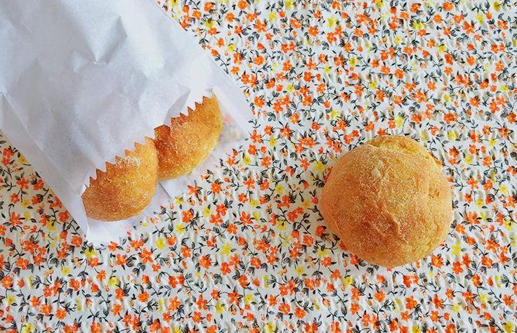 Pão de casca de abóbora    180mL (¾ de xícara) de água  140g (4 colheres de sopa) de açúcar  30g (1½ colher de sopa) de azeite ou outro óleo (OU 50g de manteiga ou margarina)  80g (½ xícara) de abóbora cozida* (OU 2 ovos)  250g (1xícara + 1 colher de sopa) de casca de abóbora cozida e amassada  10g de fermento biológico seco (1 pacotinho)  500g (3½ xícara) de farinha de trigo  Fubá para enrolar o pãozinho e untar a forma