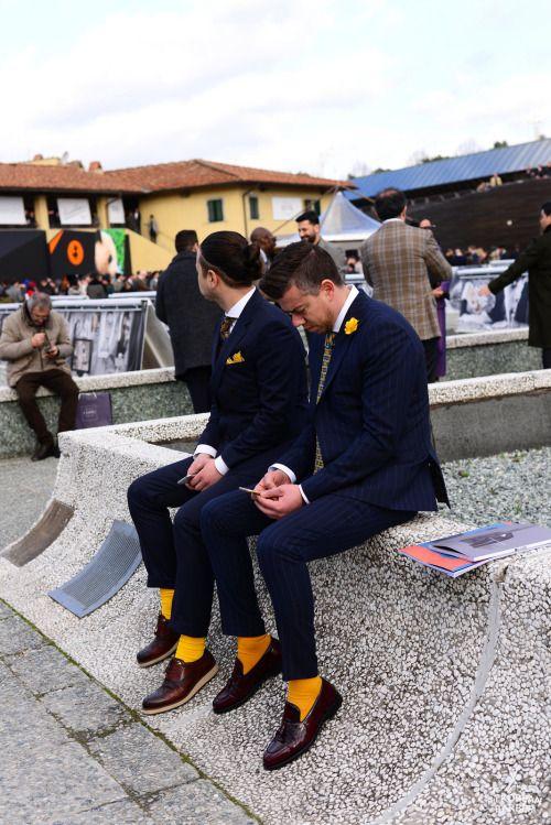 ペアコーデ ネイビースーツ×白シャツ×柄ネクタイ×黄色靴下×ブラウンタッセルローファー&オックスフォードシューズ