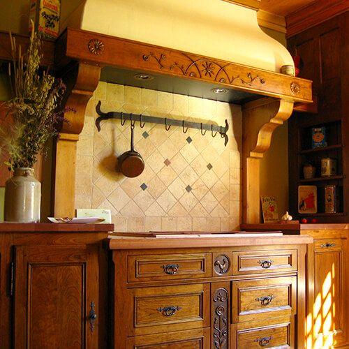 Ensemble d'armoires de cuisine de style européen en cerisier, sculptée à la main.