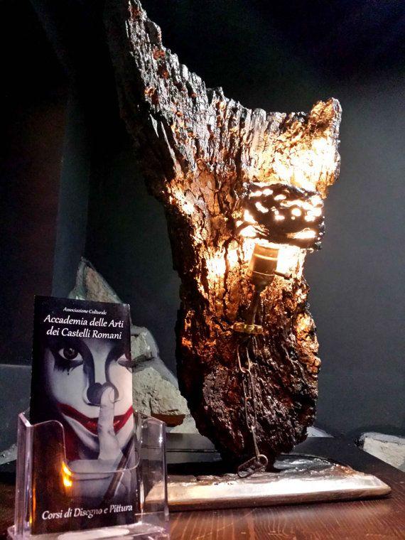 Scultura lampada in legno e gesso.  Pezzo unico ricavato da parte di un tronco spiaggiato.