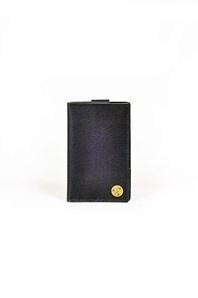 Kombinerad plånbok/korthållare och iPhone 4-fodral i svart skinn. Fodralet är tillverkat i Sverige för svenska accessoarmärket P.A.P. Utskuret för högtalare, mikrofon och kamera.
