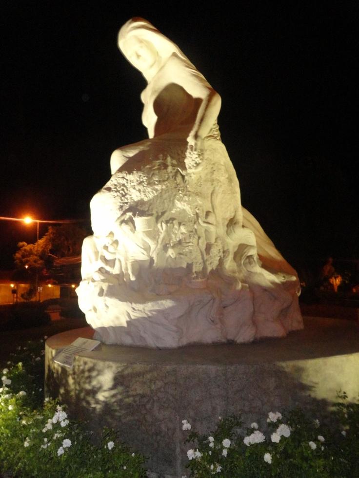 La madre tierra. Avda Bernardo O'higgins (Alameda, 11 oriente), Talca.