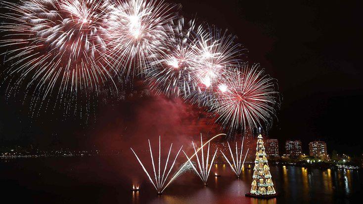 Las luces del mayor árbol flotante de Navidad del mundo volvieron a encenderse en Río de Janeiro, donde un espectáculo de fuegos artificiales, música y luces puso el toque navideño a la cálida capital carioca
