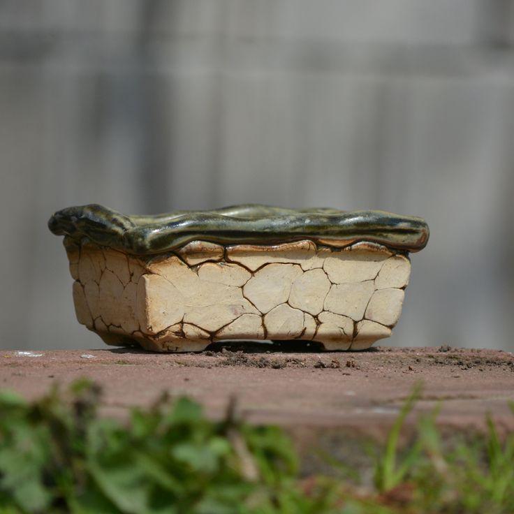 """Bonsai/+Kusamono+miska+-+Natura+60+Kameninová,+ručně+modelovaná+Bonsai/+kusamono+miskana+nožičkách+z+rodinky+""""Natura""""je+určena+k+osázení,+k+dekoraci.+Glazováno+i+uvnitř:)+Jsou+vhodné+do+interiéru+i+exteriéru.+Kamenině+mráz+nevadí.+Bonsajová+miska+je+nedílnou+součástí+kompozice+bonsaje.Miska+musí+zcela+nenuceně+a+přirozeně+podtrhovat+přirozený+vzhled+a+tvar+rostliny..."""