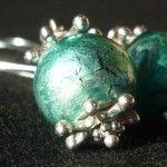 Orecchini creati con delle sfere a base di ceramica e vetro sulla tonalità del verde acqua con un effetto lucido bagnato molto bello. Realizzati con una monachella grande per far risaltare la luminosità della sfera. Ti piace! Vieni a trovari su Etsy!
