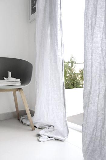 通気性に優れたリネンのカーテンは、カーテンを閉じていても空気の入れ替えができます。さらに、吸水・発散性にも優れているので、雑菌の繁殖や臭いがつくのも防いでくれます。リネンはホコリもつきにくく、アレルギー体質の方にもおすすめです。