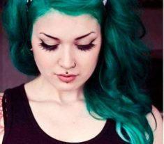 Veja fotos de inspiração, como fazer cabelos coloridos em casa, quais são as melhores marcas de tintas e como pintar o cabelo sem descolorir.