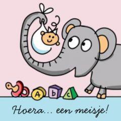 Geboortekaart drieluik met dieren en een baby meisje. Vrolijk drieluik geboortekaartje met diverse dieren als de olifant die het pasgeboren kindje vasthoudt, de aap en giraf die samen een banner vasthouden met de naam erop, en tot slot een papegaai op een takje waaraan een kalender hangt met de datum van de geboorte.