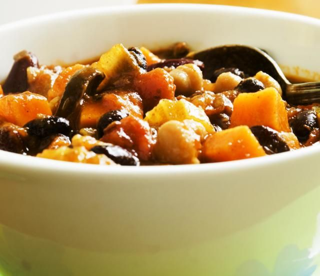 Satisfying and Crave-Inducing Black Bean Vegetarian Chili: Vegetarian black bean chili with sweet potatoes, bell peppers and carrots. Yum!