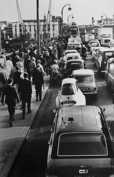 Rush Hour, London 1965 / Roger Mayne