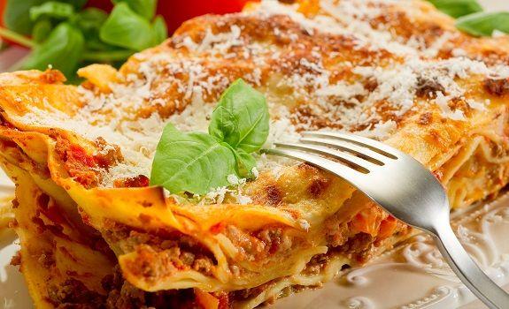Den klassiske italienske lasagne alla Bolognese, som oprindeligt stammer fra regionen Emilia Romagna og har fået sit navn fra byen Bologna, hvor retten har sin oprindelse.