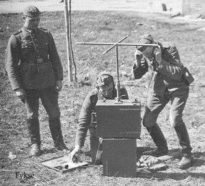 Непростой путь создания (или скорее воссоздания) военной радиосвязи в Германии был начат в конце 20-х годов прошлого столетия, когда после поражения в Первой Мировой Войне, согласно Версальскому договору в 1919-м году немецкую армию ограничили 100000-ми человек, полностью исключили самолеты и бронетехнику, а также наложили серьезные ограничения на немецкий военный флот. Соответственно немецкая армия осталась и без радиосвязи, довольно широко применявшейся в Первую Мировую…