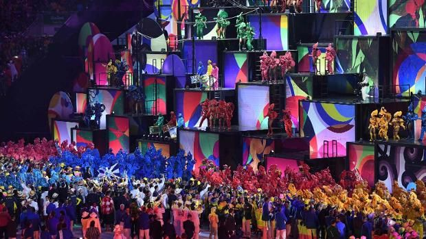Bunte Farben und Sambatrommeln: Bei der Eröffnungsfeier präsentierte sich Brasilien landestypisch.