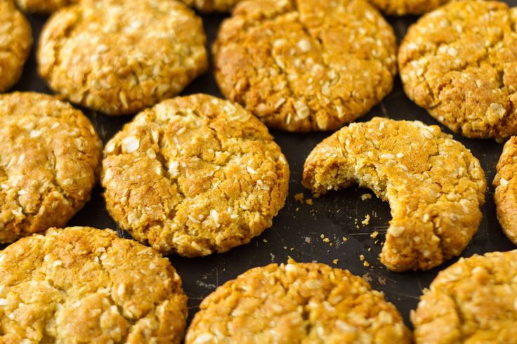 These sugar-free ANZAC biscuits taste exactly the same as the sugar and golden syrup variety but with no fructose, which means you can have more than one.