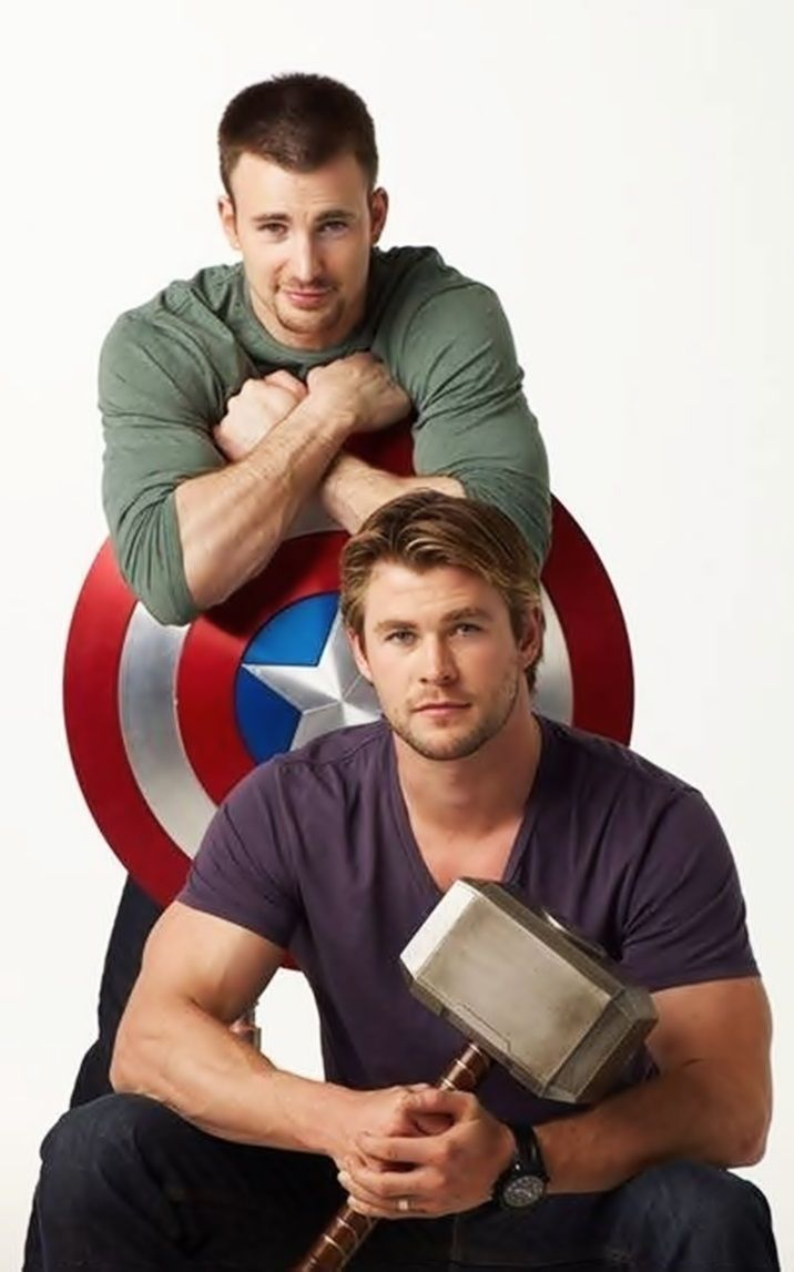 Chris Evans and Chris Hemsworth! Mmm...Too much hotness going on in this picture! ;)