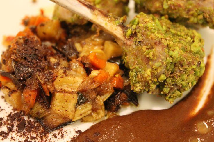 Declinazioni del cioccolato presso il ristorante Spirito Mediterraneo: Carrè di suino in crosta di pistacchi su caponatina e demi-glace di cottura.