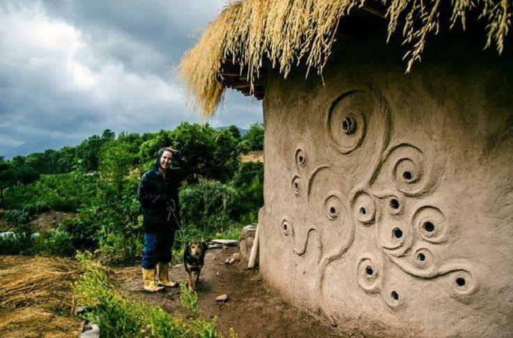 Экологичная стройка: дом из мешков с землей. http://faqindecor.com/ru/news/ekologichnaya-strojka-dom-iz-meshkov-s-zemlej/