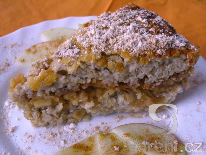 Upečený nákyp má nazlátlou barvu, jemnou vůni a chuť pohanky uvařené v mléce a ochucených jablek.