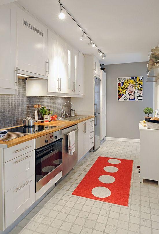 Cocina con muebles blancos y frontal gris metalizado tipo gresite
