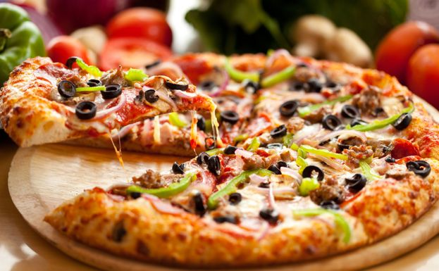 Тесто для пиццы на кефире. кефир - 1 ст., сода, соль - 1/2 чайной ложки. Перемешать, вылить в большую емкость. добавляем муку, ложками, сначала 5, а потом на глаз, пока тесто не станет густым. Земестить, подождать минимум 15 мин. и раскатать.