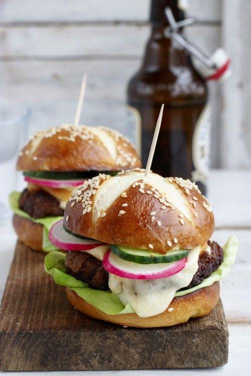 Pretzel hamburger füstölt sajttal