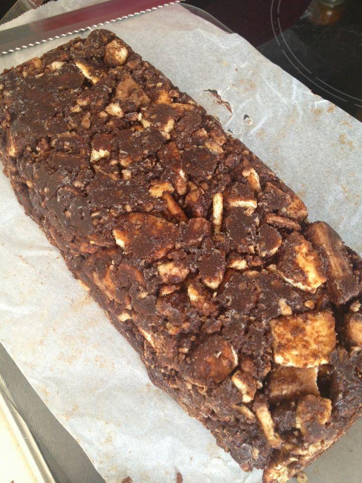 Deze cake maak ik maar heel af en toe want het is erg machtig en natuurlijk bomvol calorieën. Maar... altijd een groot succes want op verjaardagen is de schaal zo leeg. Een cake van koekjes en chocolade. Ook wel Arretjescake of Pletskeskoek genoemd. Je hebt er geen oven voor nodig.