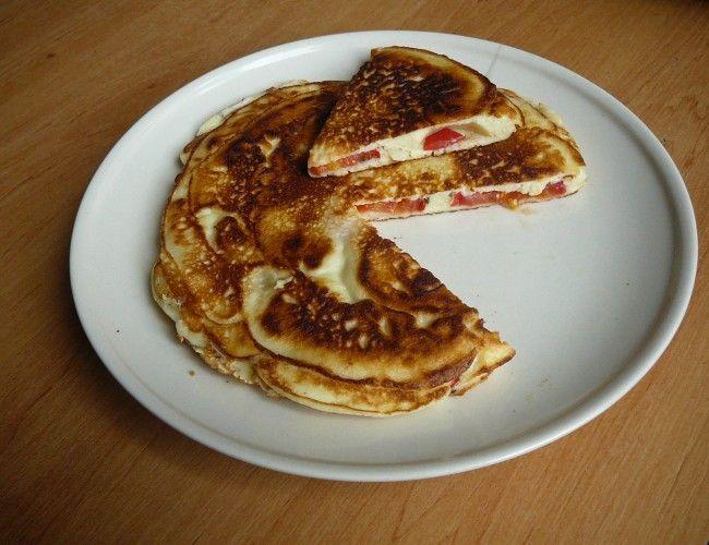 Placka z jogurtového těsta plněná česnekem a rajčaty, krok 5: Opečte dozlatova a můžete dlabat. :)